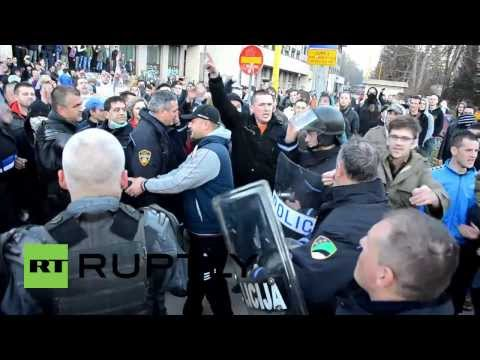 Bosnia and Herzegovina: Police embrace protesters in Tuzla