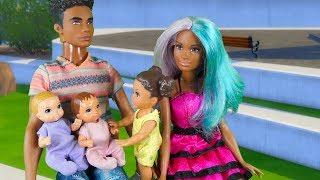 Rodzinka Barbie - Pierwsze kroki bliźniaków. Bajka dla dzieci po polsku. The Sims 4. odc.75