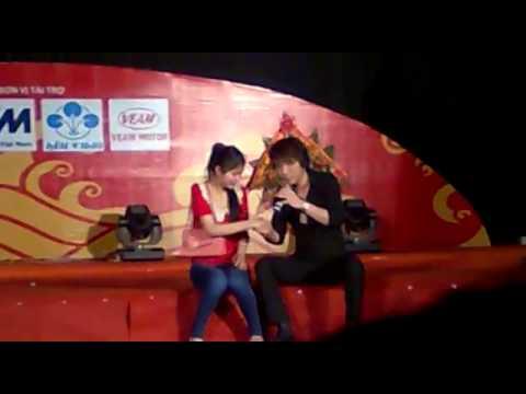 Châu Việt Cường chém gió với 1 em gái tại Hội Chợ Hùng Vương