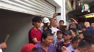 Nghệ sĩ Quyền Linh mang dép tổ ong giản dị đến thắp hương viếng 2 hiệp sĩ đường phố
