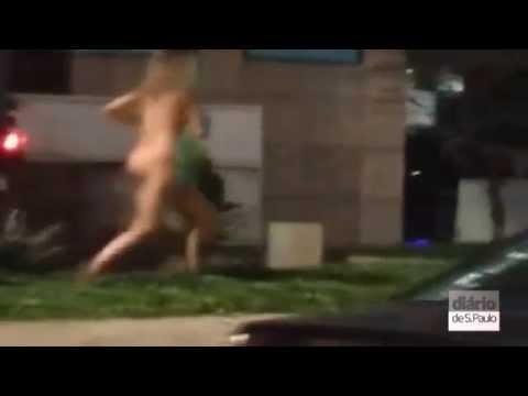Mulher nua corre pela Av. Paulista