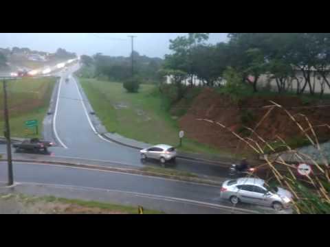 Vídeo Vídeo: Chuva forte alaga pontilhão da Washington Luís; Tempestade também paralisa entrada do Aracy