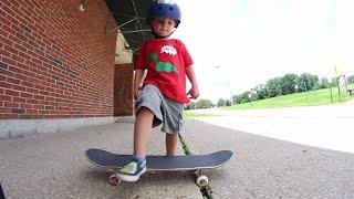 Niño de 3 años en patineta