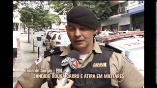 Homem rouba carro e atira em tr�s policiais