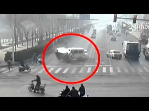 سيارات تحلق في شارع بالصين