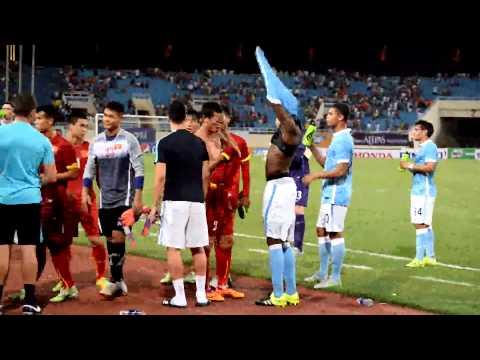 Sao Man City thân thiện đổi áo đấu cùng cầu thủ Việt