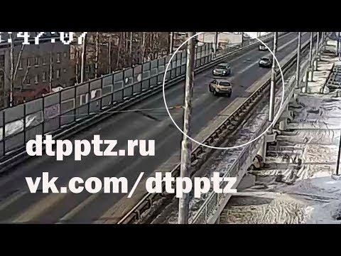 На Гоголевском путепроводе кроссовер занесло под легковой автомобиль