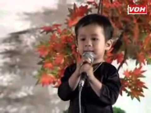 Bé lan tường 3 tuổi hát lý con sáo