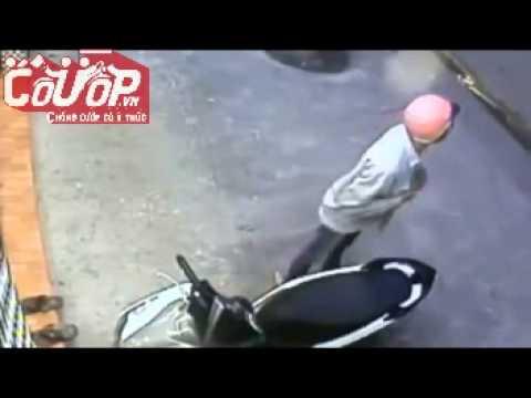 Trộm phá khóa xe Airblade trước cửa nhà trong nháy mắt - Cuop.vn
