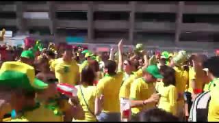 Confira a letra da música cantada na esplanada do Mineirão, no ritmo de Brasília Amarela, dos Mamonas AssassinasBrasil, estaremos contigoSomos uma naçãoNão importa o que digamSempre levarei comigoMinha camisa amarelaCinco taças na mãoEssa Copa é nossaVai começar a festa...Dá-lhe dá-lhe dá-lhe oooo...Brasil vai ser campeão!