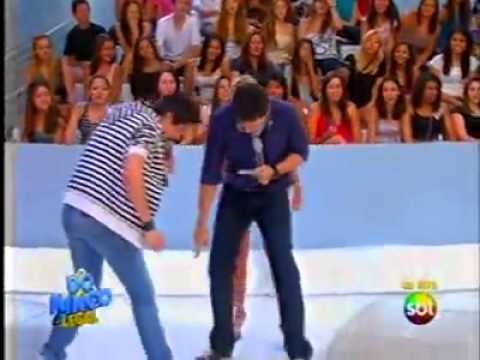 Fã agarra Luan Santana no palco do Domingo Legal