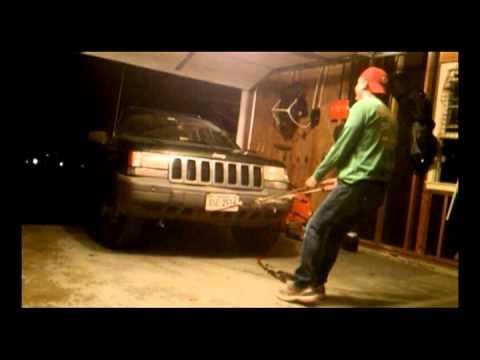 فيديو : سيارة جيب مخادعة تفر من محاولة غبية من مالكها لسحبها داخل جراج !!