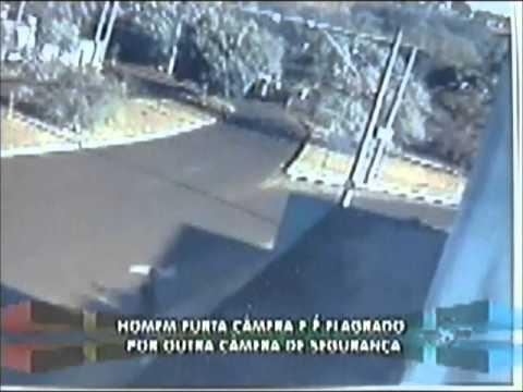 Suspeito é flagrado furtando câmera de segurança
