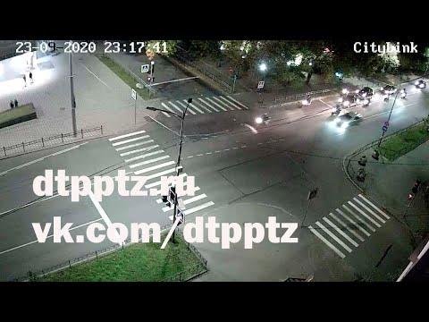 Ночью на проспекте Ленина столкнулись легковой автомобиль и мотоцикл