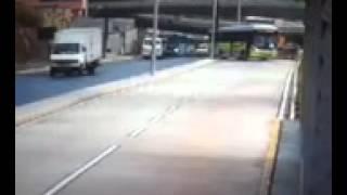 Viaduto cai em ônibus