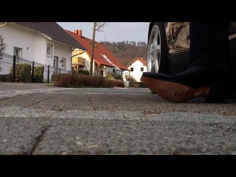 Porsche Boxster 986 mit Cowboy Stiefeln einsteigen starten losfahren und wieder aussteigen.