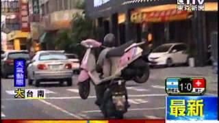 [東森新聞]阿伯有練過   騎機車載機車逛大街