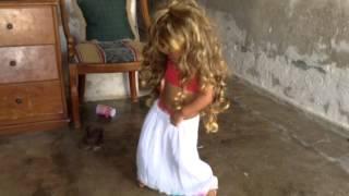 Niñita baila como Shakira