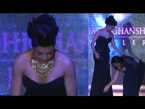 Sushmita Sen Stumbles On The Ramp @ IIJW 2012