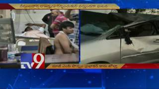 Former MP Ponnam Prabhakar injured as car overturns..