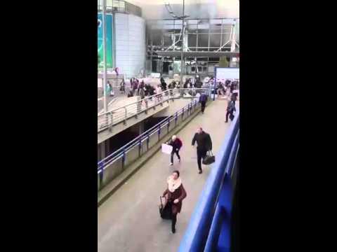 هروب الناس بعد انفجار بروكسل