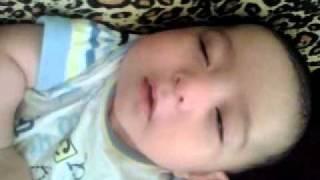 Bebê faz careta enquanto dorme