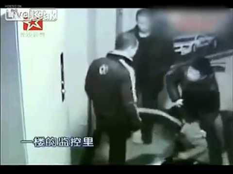 Camera ghi cảnh ba kẻ hiếp dâm lôi cô gái ở hành lang