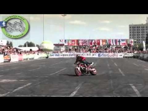 acrobacia en moto- stunt on motorcycle..