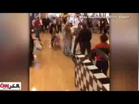image vidéo عرك عنيف جداً بين سيدة وأخرى داخل محل تجاري