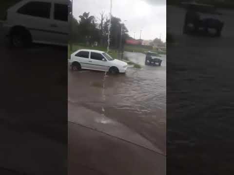 Vídeo Vídeo: Carros enfrentam inundação na Praça Itália