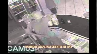 Ladr�es assaltam clientes de bar em Montes Claros