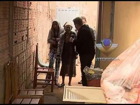 Equipe da Vitoriosa arranca mandioca gigante na casa da D. Maura - parte 1