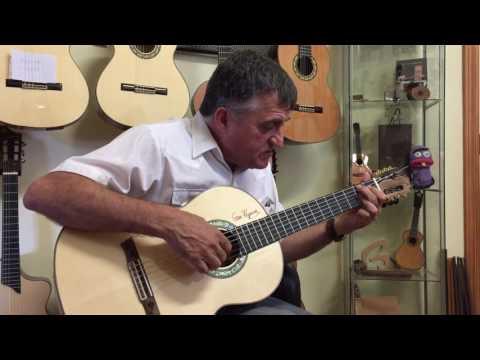 El Gran Wyoming en nuestro taller con su nueva guitarra Francisco Bros.