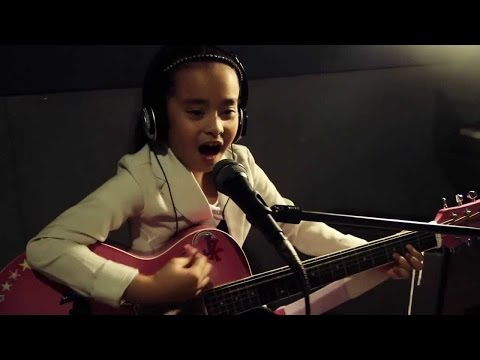Talented 8 year old Pinay singing & playing guitar!
