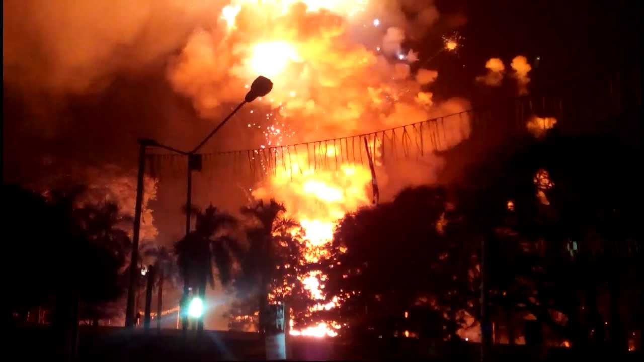 Thrissur Pooram 2013 Fireworks Paramekkavu Team HD - YouTube