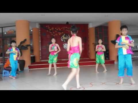 Huế Star múa dân vũ bài