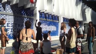 Interven��o art�stica simula praia em frente ao Pal�cio das Artes