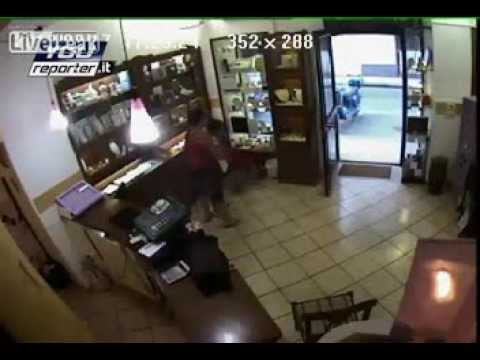 Jewelry Owners Send ROBBERS Packing / Robbery at Store / Sicily, Italy / LIVE Leak 2013