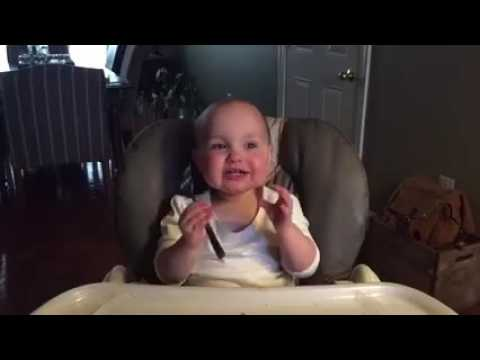 Em bé cố chọc cười cha mẹ nó, đáng yêu hết sức