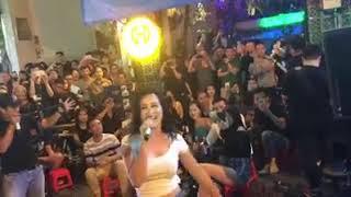 """Khán giả phố Bùi Viện """"hết hồn""""khi Đông Nhi từ ghế khán giả """"chiếm vai"""" ca sĩ của ban nhạc đường phố"""