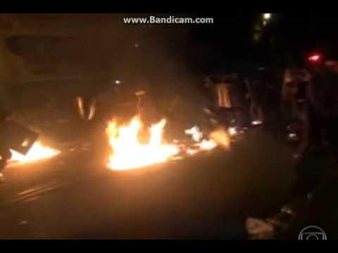 Manifestante atirando coquetel Molotov na PM