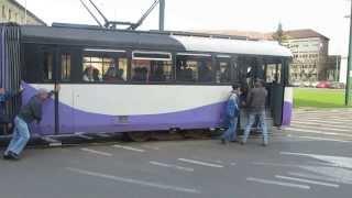 Tramvai împins de pasageri în Timișoara