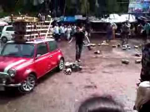 Richard Hammond shooting Top Gear Christmas Special 2011 in Mahim, Mumbai!