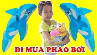 BÉ DÂU TÂY ĐI MUA PHAO BƠI 😍 Phao bơi cá heo, bộ đồ chơi xúc cát ♥ Dâu Tây Channel