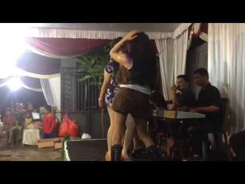 Waria Jombang goyang jatuh dari panggung