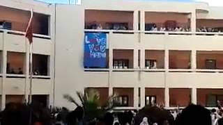 بعد قبلة الناظور..تلميذ يرفع لافتة 'أحبك يا أميمة' في ثانوية بالداخلة       بــووز