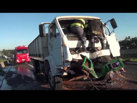 Acidente entre dois caminhões deixa motorista preso nas ferragens