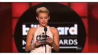 """Miley Cyrus Entrega Premio """"Top Male"""" Para Justin Bieber"""
