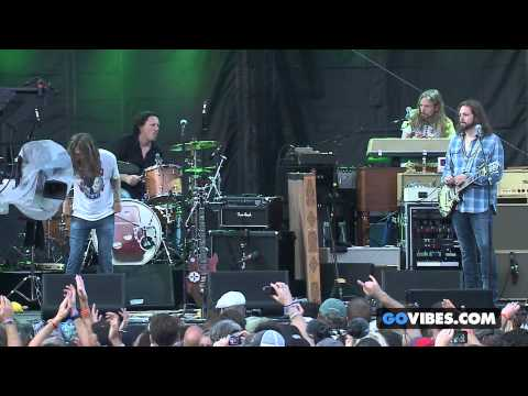 "The Black Crowes performs ""Wiser Time"" at Gathering of the Vibes Music Festival 2013"