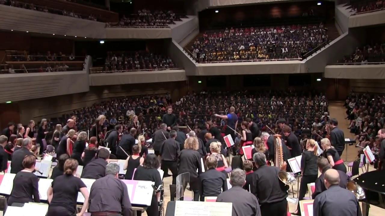 Un orchestre symphonique fait un Haka